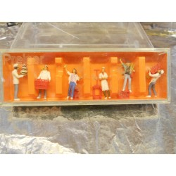 ** Preiser 10377  HO Scale Bakery Staff & Customers with Bread & Cake