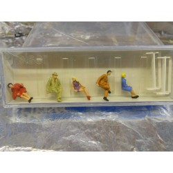 ** Preiser 14101 HO Scale Sitting People On Benches (5)