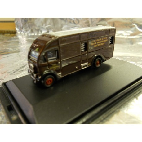 ** Oxford Diecast NAH003 Albion Horsebox J H Taylor & Sons