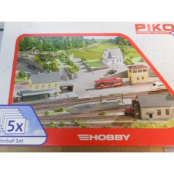 ** Piko 61923 Hobby Bahnhof - Set Contains 5 Buildings Plastic Kit