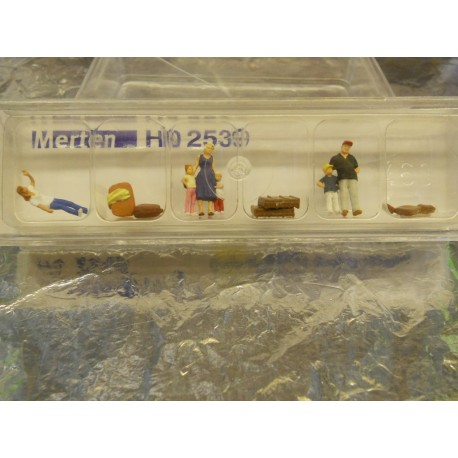 ** Merten 2539  HO scale  Waiting Passengers with Luggage.