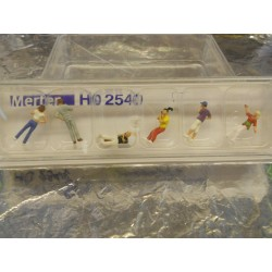 ** Merten 2540  HO scale  Youths with Mobile Phones.