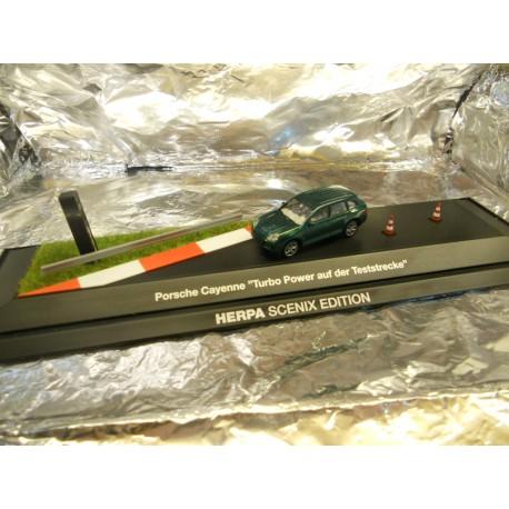 """** Herpa 461085 Porsche Cayenne """"Turbo Power auf der Teststrecke"""" SCENIX EDITION With light And Sound"""