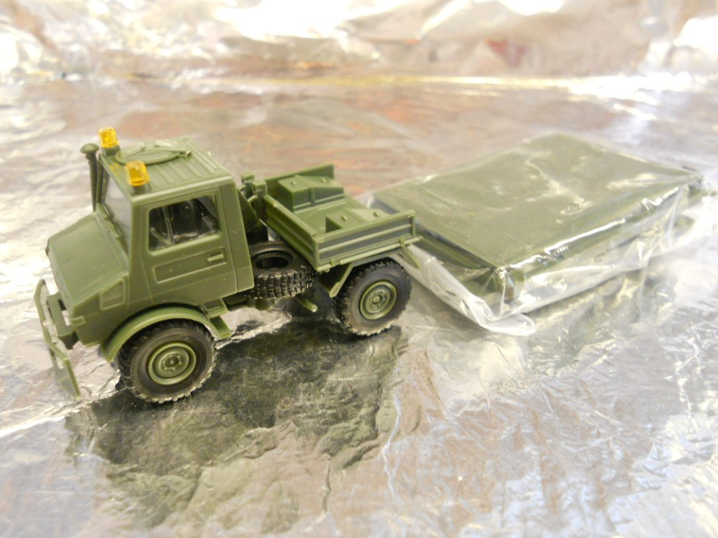 ** Minitank 300  Soldiers with Map Table 1:87 HO Scale